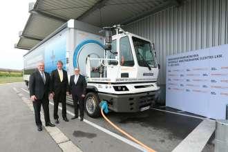 f.l.t.r. Jürgen Maidl, Head of Logistics at BMW Group, Kurt J.F. Scherm, CEO of the SCHERM Group and Hermann Bohrer, Head of the BMW Group Plant in Munich (07/2015)