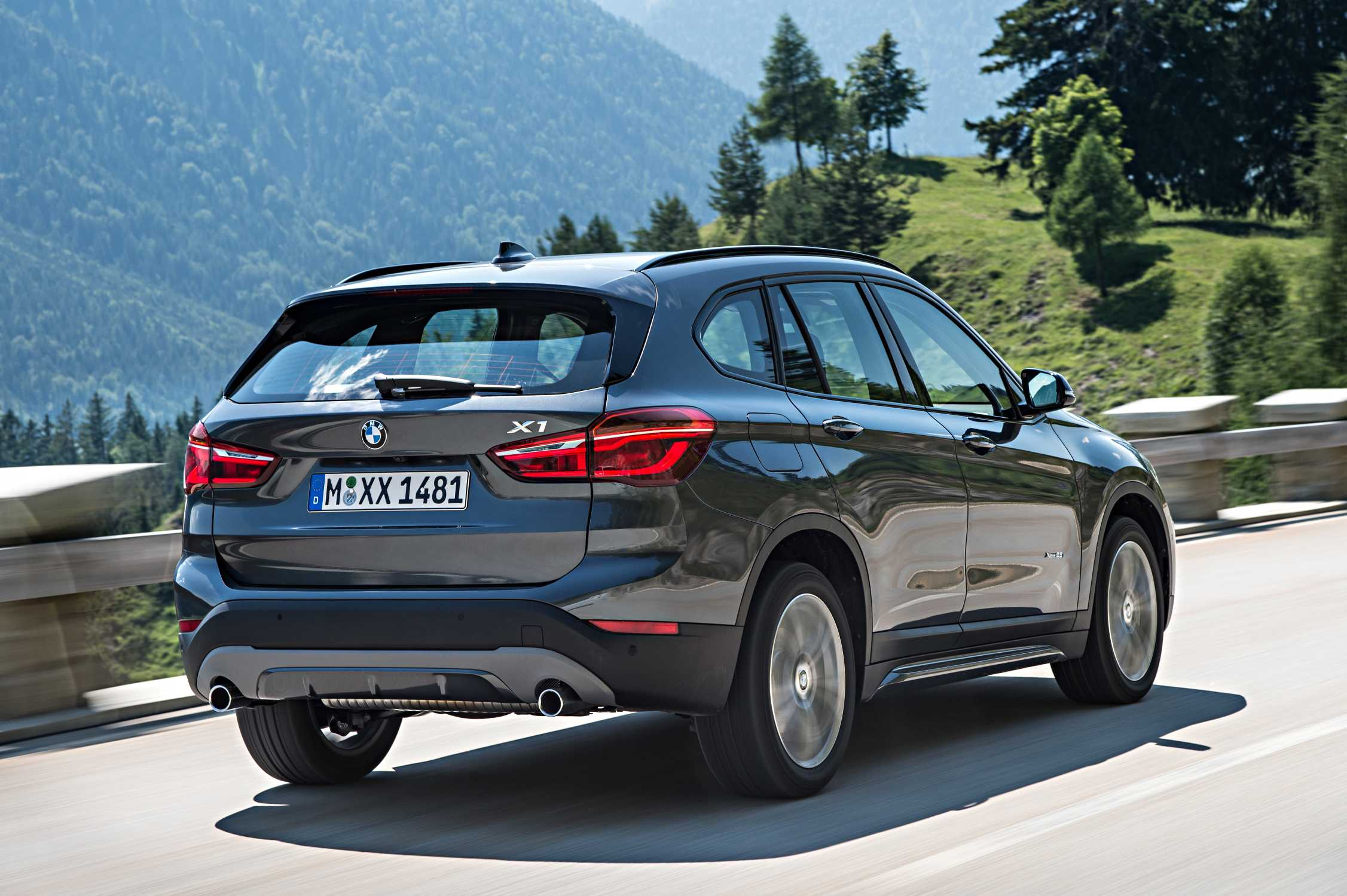 the new bmw x1 on location pictures bmw x1 xdrive25i with sport line. Black Bedroom Furniture Sets. Home Design Ideas