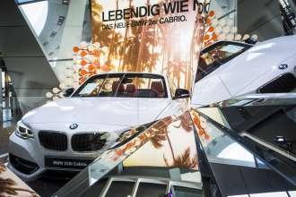 """Die Sonderausstellung """"Less limit – More sky"""" zum neuen BMW 2er Cabriolet ist noch bis Mitte September 2015 in der BMW Welt München zu sehen (Bild: BMW AG; 07/2015)."""