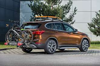 Der neue BMW X1. On Location Bildmaterial. Fahrradheckträger Kompakt für Kugelkopf. Relingträger. Surfboardhalterung (07/2015)
