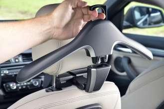 Der neue BMW X1. On Location Bildmaterial. Travel & Comfort Kleiderbügel. (07/2015)