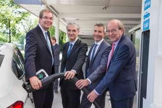 BMW Group, worldwide first hydrogen station with two types of refuelling technology, f.l.: Dr. Andreas Opfermann (The Linde Group), Guillaume Larroque (TOTAL), Matthias Klietz (BMW Group), Dr. Veit Steinle (Bundesministerium für Verkehr und digitale Infrastruktur). (07/2015)