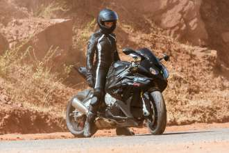 Rebecca Ferguson mit der BMW S 1000 RR am Set von Mission: Impossible - Rogue Nation von Paramount Pictures und Skydance Productions (07/2015). © 2015 PARAMOUNT PICTURES. ALL RIGHTS RESERVED.