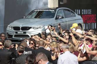 Tom Cruise mit Fans bei der Weltpremiere von 'Mission: Impossible - Rogue Nation' in der Wiener Staatsoper am 23. Juli 2015 in Wien, Österreich (07/2015). (Photo by Franziska Krug/Getty Images for BMW)