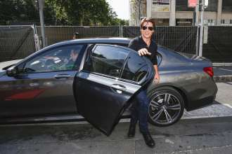 Tom Cruise kommt mit dem neuen BMW 7er bei der Weltpremiere von 'Mission: Impossible - Rogue Nation' am 23. Juli 2015 vor der Wiener Staatsoper an (07/2015). (Photo by Franziska Krug/Getty Images for BMW)