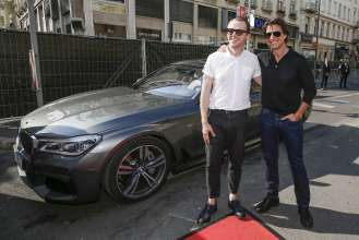 Simon Pegg und Tom Cruise fahren mit dem neuen BMW 7er bei der Weltpremiere von 'Mission: Impossible - Rogue Nation' am 23. Juli 2015 vor der Wiener Staatsoper vor (07/2015). (Photo by Franziska Krug/Getty Images for BMW)