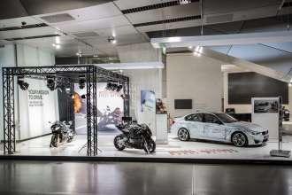 """Die aktuelle Sonderausstellung in der BMW Welt zeigt die originalen Fahrzeugmodelle von BMW und BMW Motorrad aus dem Film """"Mission: Impossible – Rogue Nation"""" (07/2015)."""