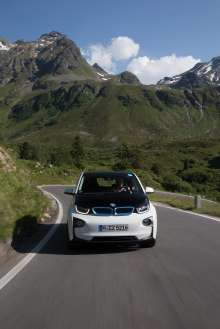 BMW i3 in Capparis White with highlight BMW i Blue (07/2015)