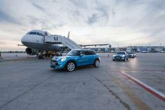 Einsteigen, abheben: Direkt zum Flugzeug mit dem exklusiven MINI 5-Türer Shuttle am Flughafen München (10/2015).