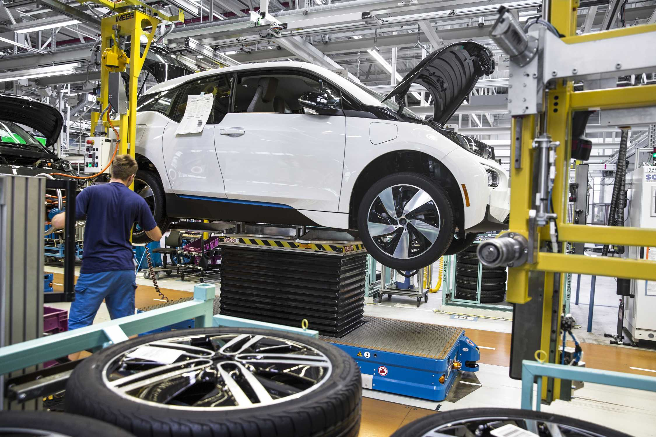 bmw group plant leipzig production of bmw i3 wheel assembly 10 2015. Black Bedroom Furniture Sets. Home Design Ideas