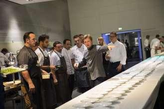 Kevin Fehling bei der Vorbereitung der Vorspeise: Aal und Auster im Yuzu-Apfel-Sud. Verleihung des ECKART 2015, BMW Museum (10/2015).