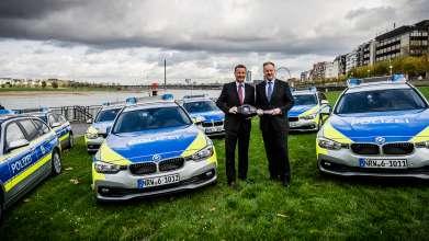 Ralf Jäger, Innenminister von Nordrhein-Westfalen, nimmt die ersten zwölf BMW 318d Touring von Alexander Thorwirth, Leiter Vertrieb an Direkt- und Sonderkunden BMW Deutschland, am Rheinufer in Düsseldorf in Empfang (v.l.n.r.) (11/2015)