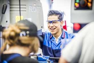 Junge Flüchtlinge starten Einstiegsqualifzierung bei der BMW Group(01/2016)