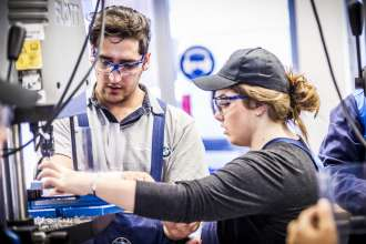 Einstiegsqualifzierung bei der BMW Group: Junger Flüchtling und seine Mentorin (01/2016)