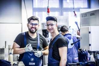 Einstiegsqualifzierung bei der BMW Group: Junger Flüchtling und sein Mentor (01/2016)