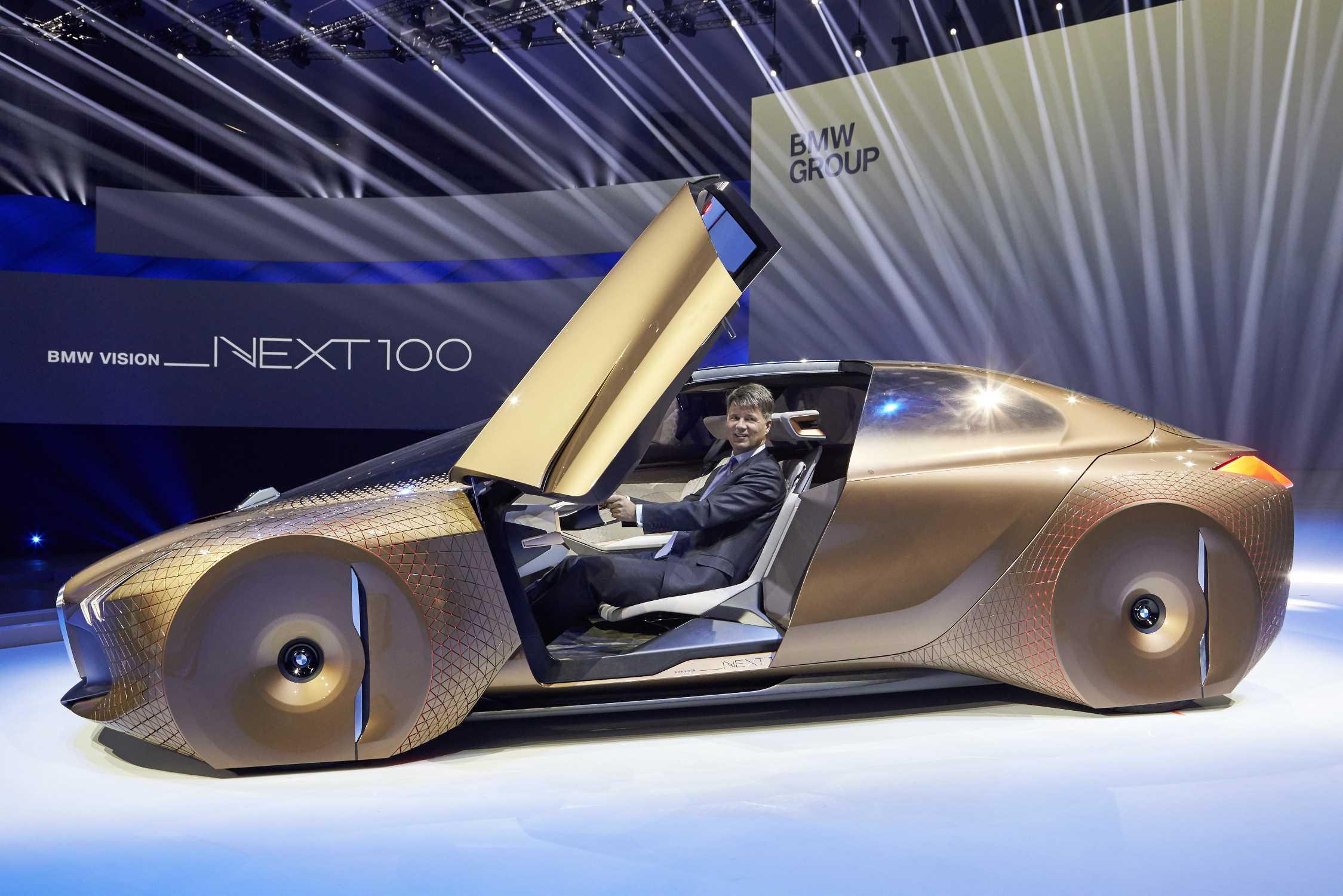 К своему столетнему юбилею корпорация BMW организовала яркое шоу