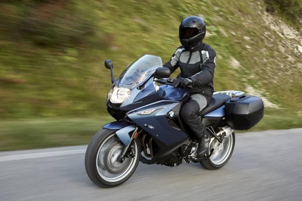 Bmw Motorrad Revoit La F 800 R Et La F 800 Gt Plaisir Du Pilotage Sportif Et Grand Tourisme Dynamique Sous Une Forme Affutee