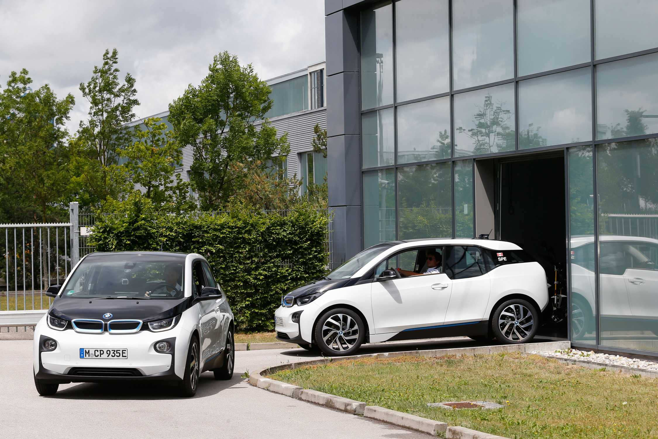 road to norisring wittmann and spengler in exciting bmw i3 challenge on the way to the dtm in. Black Bedroom Furniture Sets. Home Design Ideas
