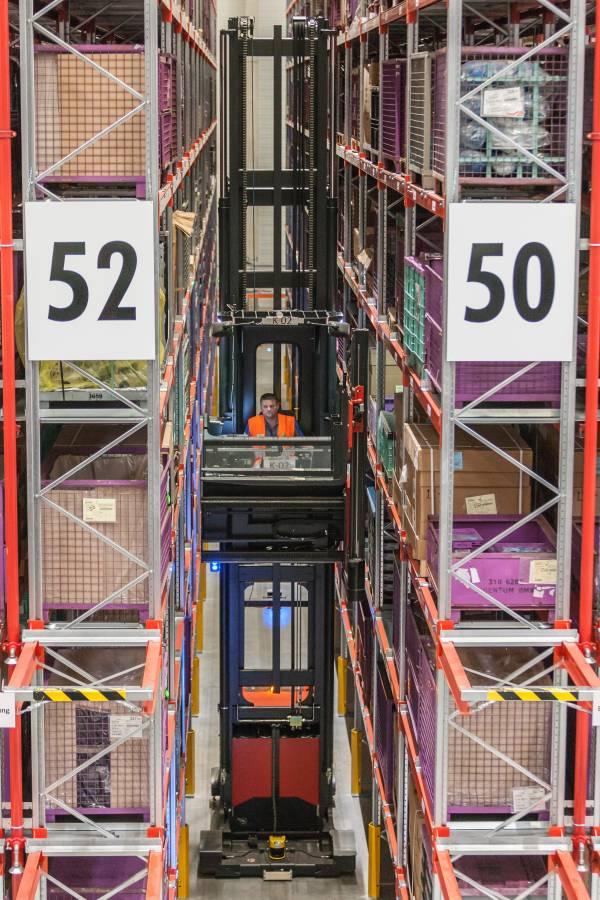 Material für die Komponentenfertigung im BMW Group Werk Landshut wird aus dem Hochregallager entnommen.