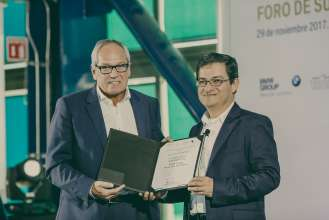 Hermann Bohrer, President and CEO, BMW Group Plant San Luis Potosi and Jaime Eduardo García Sepúlveda, Deputy Procurator of Environmental Audit (PROFEPA) (11/2017)