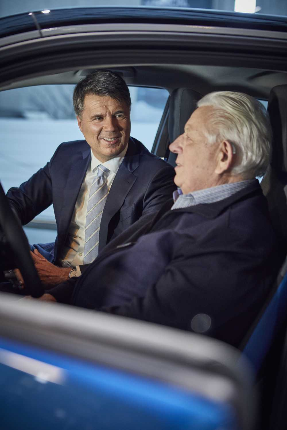 Harald Krüger, Chairman of the Board of Management of BMW AG, hands over the keys to the new owner of the 100,000th electrified BMW Group vehicle sold in 2017 (Wilhelm Schulten, Germany). 18 December 2017, BMW Welt, Munich. (12/2017)