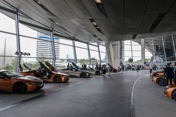 Feierliche Auslieferung von 18 der ersten BMW i8 Roadster in der streng limitierten First Edition an den internationalen BMW i8 Club e.V. in der BMW Welt in München (05/2018).