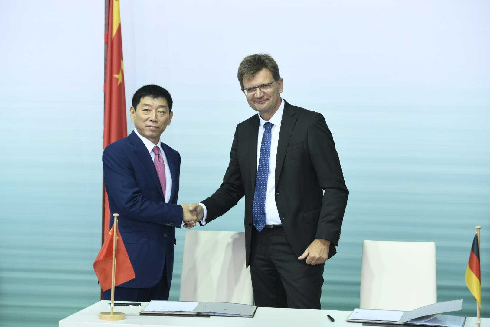 https://mediapool.bmwgroup.com/cache/P9/201807/P90314181/P90314181-signing-of-the-joint-venture-agreement-between-bmw-group-and-great-wall-motor-for-the-production-of--1620px.jpg
