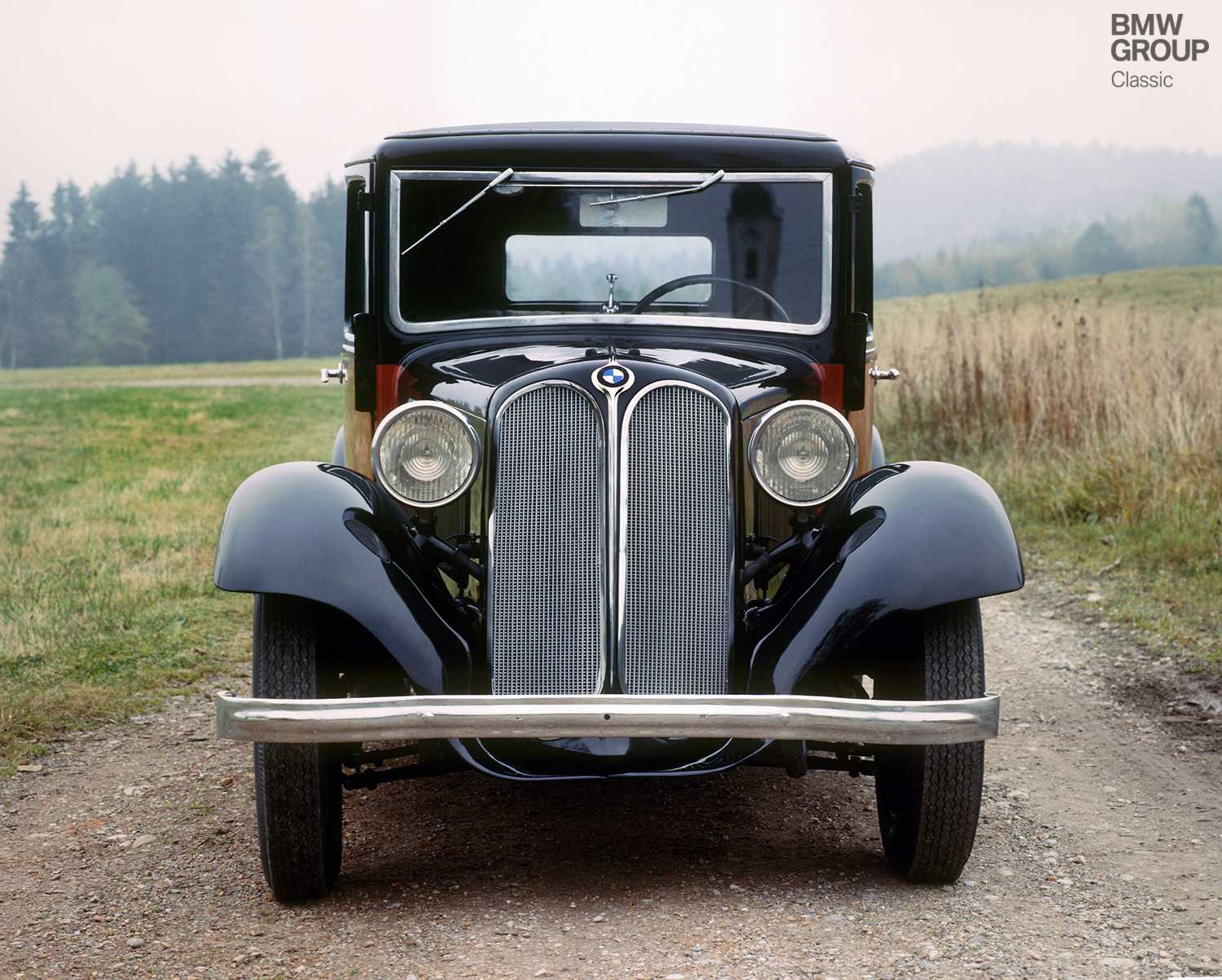 Six cylinders and, for the first time, the characteristic kidney-shape grille. In a number of respects, the BMW 303 was a pioneer for the BMW brand.