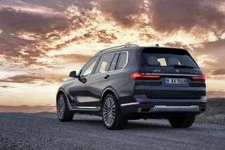 Der erste BMW X7 mit Design Pure Excellence in Artikgrau, Leichtmetallräder Styling 757 (10/2018).