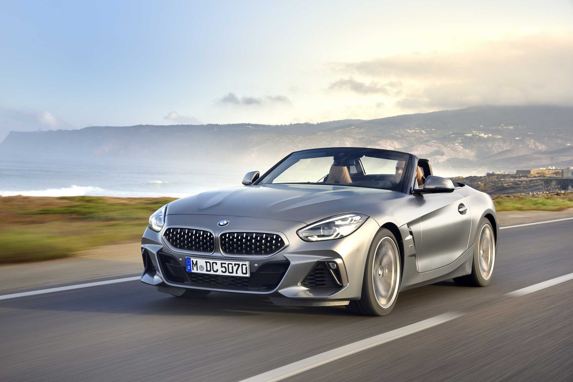 "The new BMW Z4 M40i Roadster in color Frozen Grey II metallic and 19"" M light alloy wheels Double-spoke style 800 M Bicolour - Lissabon / Sintra (11/ 2018)."