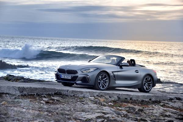 """The new BMW Z4 M40i Roadster in color Frozen Grey II metallic and 19"""" M light alloy wheels Double-spoke style 800 M Bicolour - Lissabon / Sintra (11/ 2018)."""