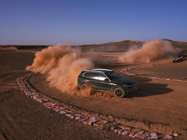 """The new BMW X5 at full throttle in the bends of BMW """"Monza, Sahara"""" (11/2018)."""