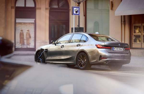 The BMW 330e Sedan (03/2019).