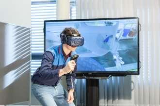 Eine VR-Brille gibt nicht nur ein reales Abbild eines Arbeitsplatzes wieder, sondern leitet auch zur richtigen Ausführung an. Sie ermöglicht so bereits frühzeitig und losgelöst vom realen Arbeitsplatz, neue Tätigkeiten zu trainieren. (02/2019)