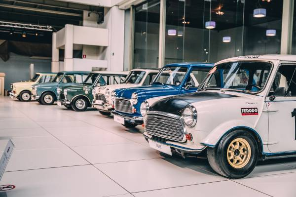 Mini Parade - Minis and MINIs in museum Autoworld Brussels (04/2019)
