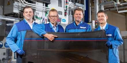 CFK-Innovation aus Landshut: Bernhard Zeilmeier, Thomas Preussner, Christian Mrozik und Mirko Schade bringen die 750 CFK-Dächer für das limitierte BMW M4 Coupé Edition auf die Straße. (10/2019)