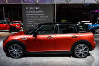 The new MINI Clubman in Indian Summer Red - side view (10/2019)