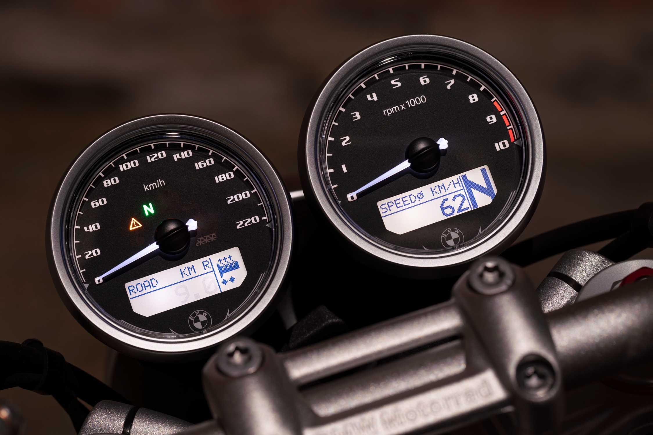 BMW R nineT. Newly designed circular instruments. (10/2020)