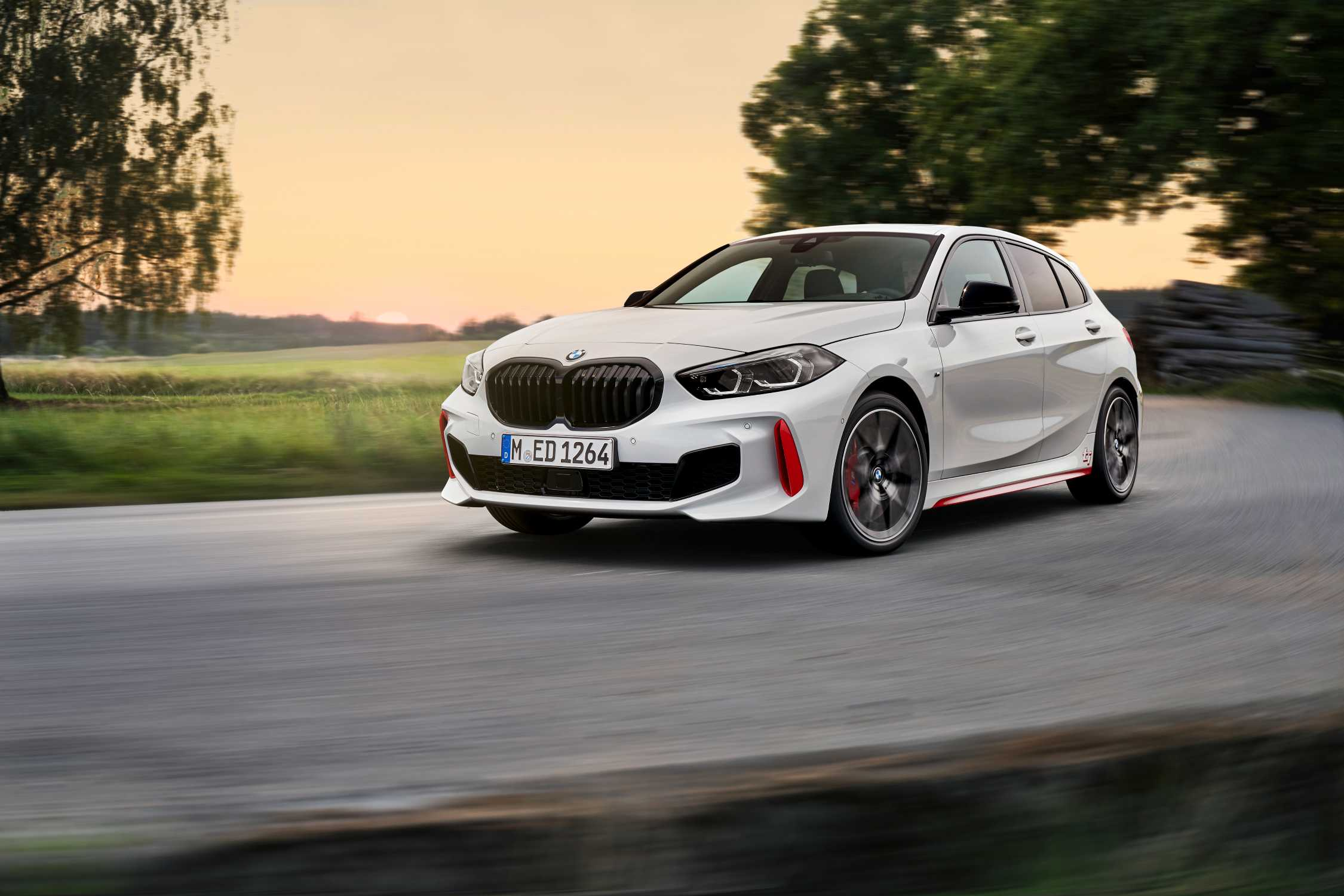 https://mediapool.bmwgroup.com/cache/P9/202009/P90402184/P90402184-the-all-new-bmw-128ti-alpine-white-y-rim-18-styling-553-m-10-2020-2250px.jpg