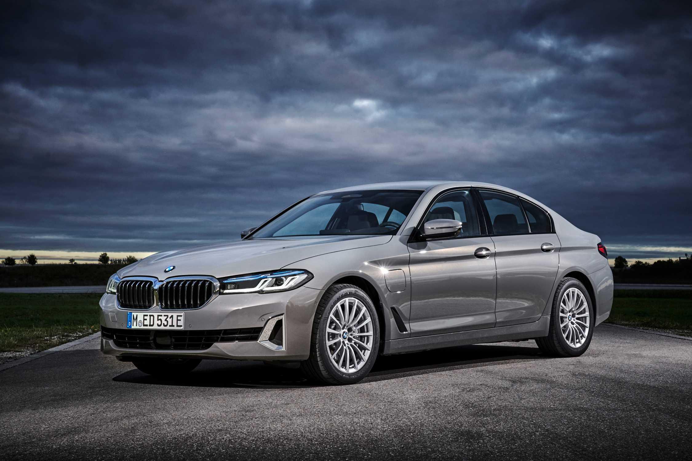 The new BMW 530e Sedan, Bernina grey amber effect (10/2020).
