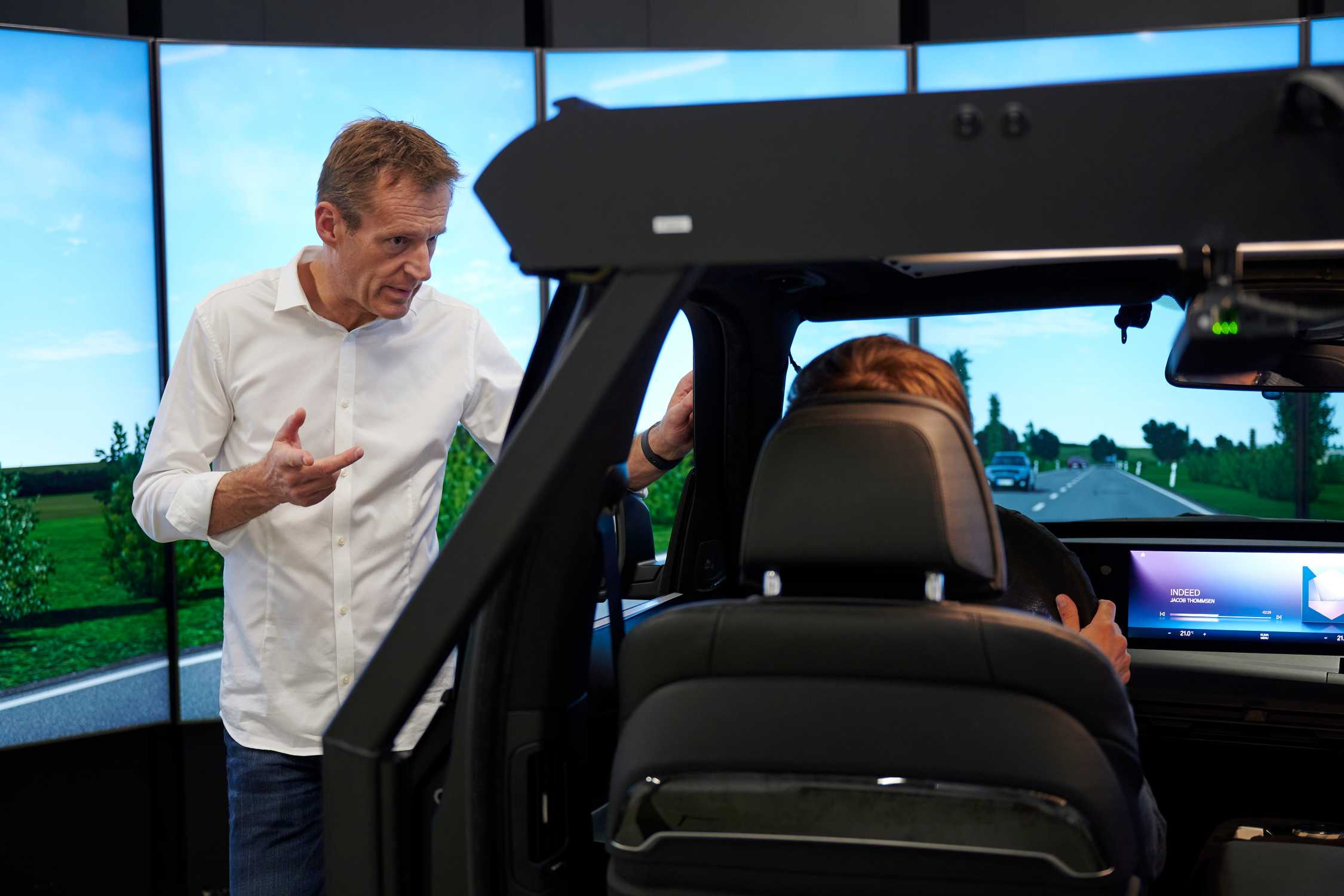 #NEXTGen 2020: Martin Peller, project lead of the new driving simulation center in conversation with a test person. (11/20)