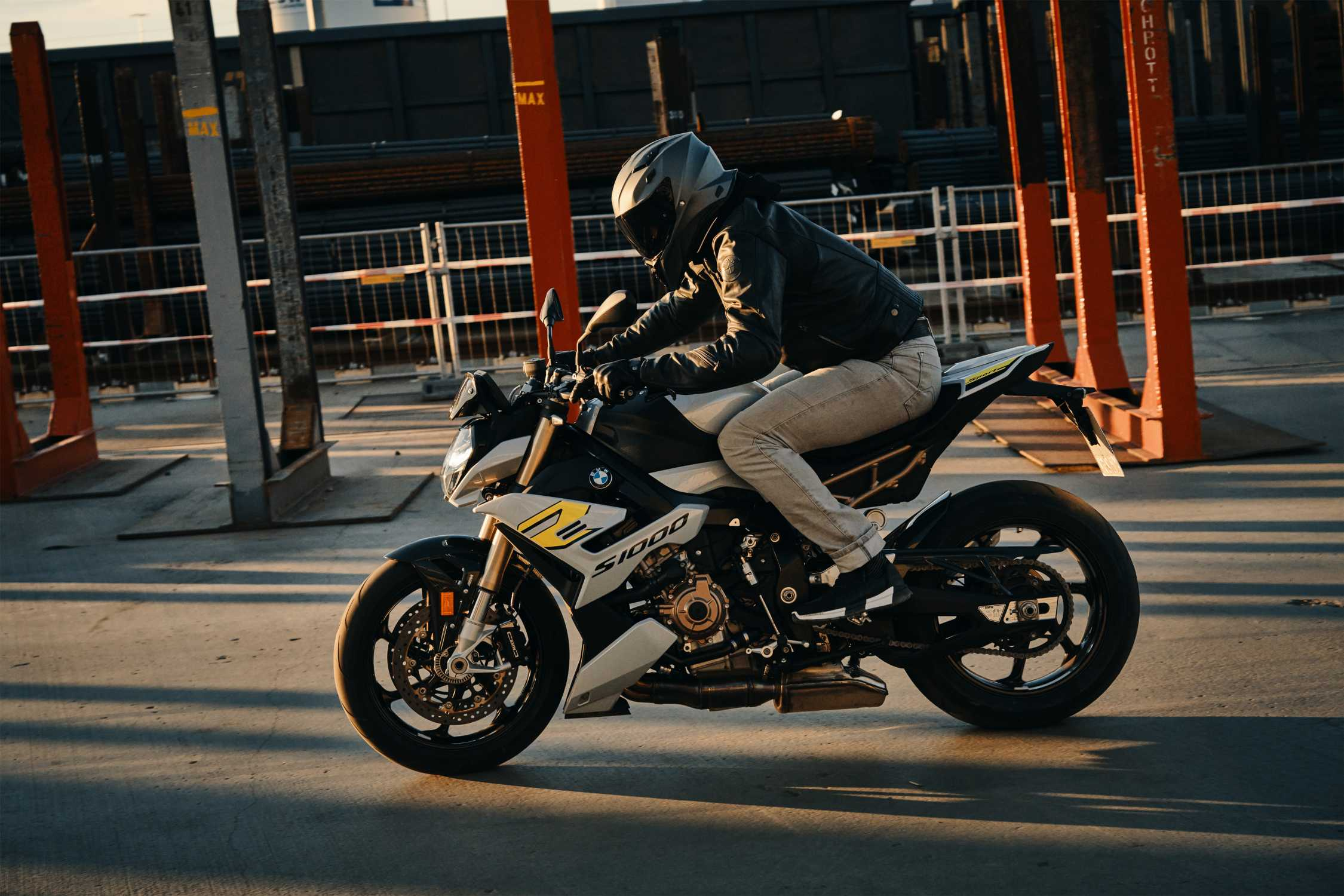 The new BMW S 1000 R in action. (11/2020)