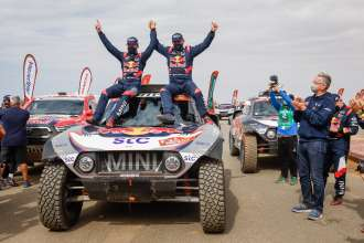 Rally Dakar 2021 – Sixth overall win for MINI: Record winner Stéphane Peterhansel triumphs in his MINI JCW Buggy.