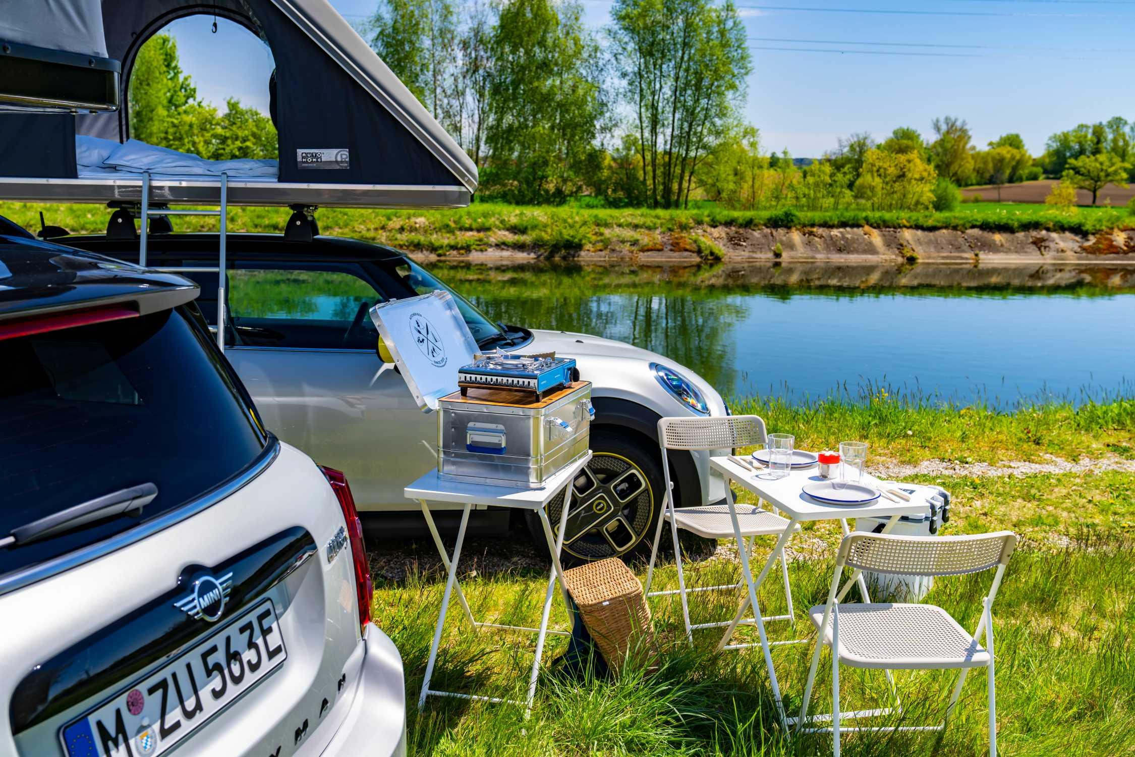 The MINI Cooper SE and the MINI Cooper SE Countryman ALL4