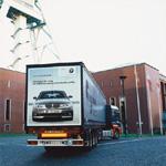 Einleuchtend: Für den BMW 1er setzt BMW in Deutschland als erster Automobilhersteller auf reflektierende Folienwerbung am LKW (05/2005)